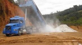 Micro e pequenos produtores recebem calcário para correção do solo a custo zero