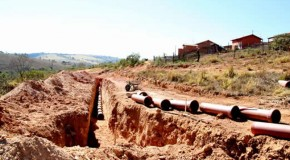 Construção de rede de esgoto em bairro de Tapira já está acontecendo