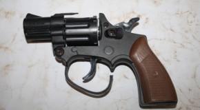 Homem preso com arma de brinquedo na cintura, em Araxá