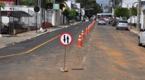 Rua Almeida Campos, no Centro de Araxá, volta a ter mão dupla