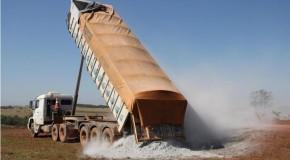 Micro e pequenos produtores de Sacramento recebem calcário para correção do solo a custo zero