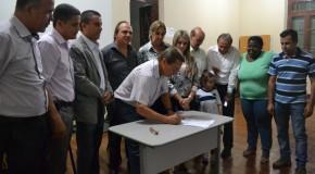 Prefeito interino, Miguel Júnior, faz entrega de cheque de R$ 900 mil à Casa do Caminho