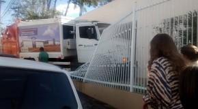 Caminhão de lixo da prefeitura de Araxá entra em casa na Rua Almeida Campos