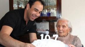 Sacramentana, de 107 anos, é homenageada pelo prefeito Bruno Cordeiro