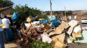 Prefeitura de Patos de Minas realiza limpeza em casa de portadora da Síndrome de Diógenes