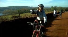 Atleta araxaense abandona os tatames, sobe em cima da bike e vira campeã na região