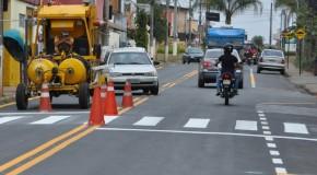 Após ser recapeada, Avenida Washington Barcelos, em Araxá, recebe sinalização