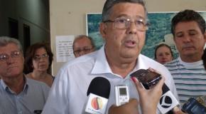 Jeová anuncia saída da prefeitura em coletiva de imprensa