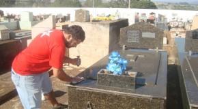 Túmulos passam por limpeza para o Dia de Finados em Araxá