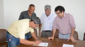 Prefeito de Patos de Minas, Pedro Lucas Rodrigues, assina ordens de serviço