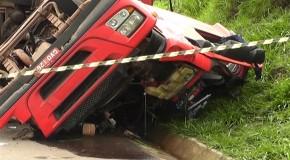 Caminhão carregado de tijolos tomba e mata motorista na BR 262