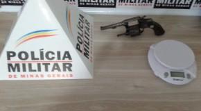 PM cumpre mandado e apreende arma e balança de precisão, no Santa Luzia, em Araxá