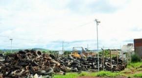 Buchas e pneus são retirados do Ecoponto, em Patos de Minas