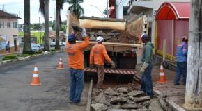 Baias são retiradas da avenida Senador Montandon, em Araxá