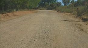 Produtores de Almeida Campos recebem cascalhamento para a estrada