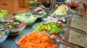 Almoçar fora de casa pode custar até um salário mínimo por mês