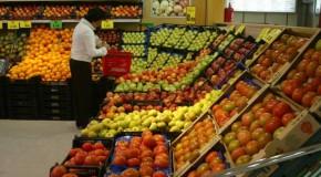 Preço do quilo do tomate assusta e consumidor araxaense deixa o produto na gôndola