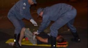 Grupo apedreja homem na Avenida João Paulo II, por acerto de drogas