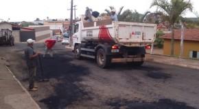 Operação tapa buracos acontece nas ruas da cidade de Pratinha