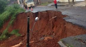 Cratera engole parte de rua e poste de iluminação pública no Alvorada