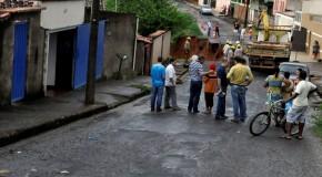 Família que reside em casa com risco no Alvorada, após desmoronamento da rua, também foi transferida
