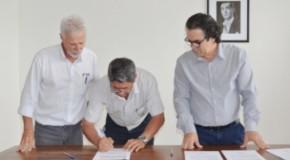 Prefeito de Patos de Minas assina várias ordens de serviço para obras na cidade