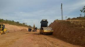 Obras para o asfaltamento de estrada da Serrinha, em Patos de Minas, continuam