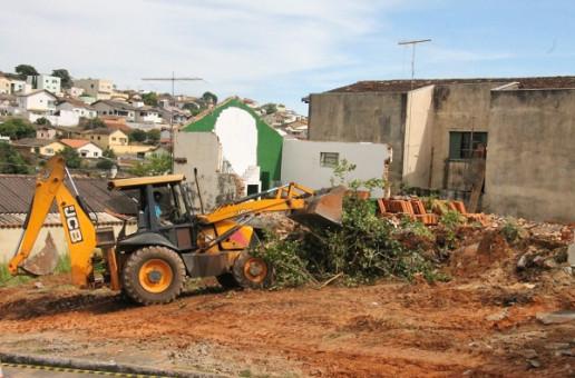 Imóveis desapropriados pela Prefeitura, na Rua Uberaba, estão sendo demolidos