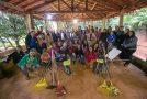 Uniformes e EPI's são entregues para adolescentes do Programa Pequeno Jardineiro