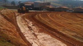 Terreno que vai abrigar quadra de esportes passa por terraplenagem em Tapira