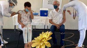 Técnica de enfermagem e médico são os primeiros vacinados contra a Covid-19 em Bambuí