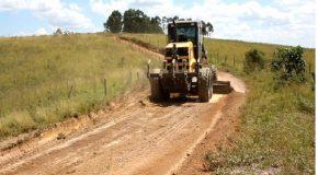Recuperação de estradas vicinais é intensificada em Tapira