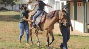 Tratamento com equoterapia para crianças e adolescentes em Araxá recebe apoio