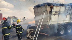 Caminhão carregado de algodão pega fogo na BR-262