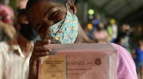 Mais 114 famílias do Jardim Esperança, em Patos de Minas, recebem escrituras de seus imóveis