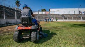Novo maquinário será usado na manutenção de gramado do Estádio Municipal