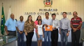 Moradores de Campos Altos recebem escrituras de casas da Cohab Minas