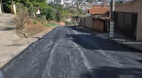 Rua da Banheira, em Araxá, recebe recapeamento asfáltico